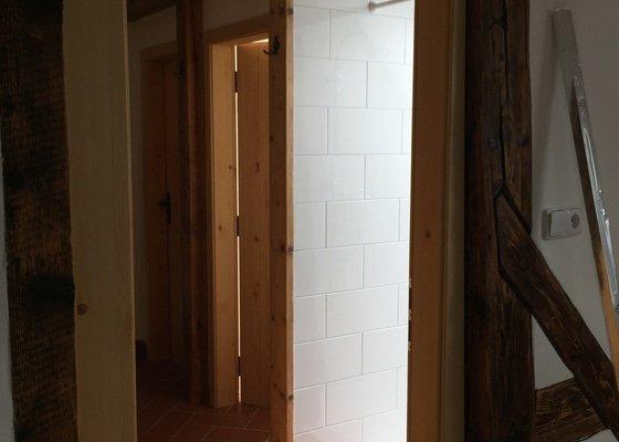 Koupelna na chalupě - montáž dveří