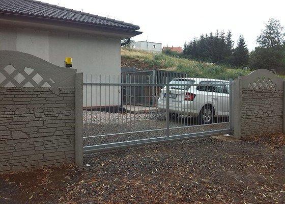 Branka a samonosná brána včetně pohonu.