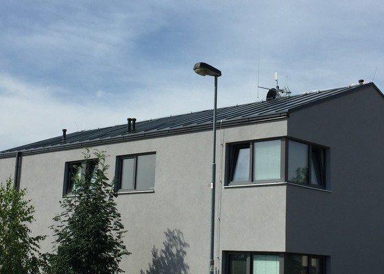 Zatékání okolo komínku falcované střechy