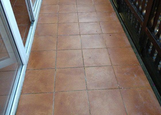 Výměna dlažby v kuchyni + izolace a povrch balkonu (zatéká)