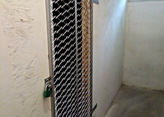 Kovovou mříž,nebo dveře do sklepni koje.