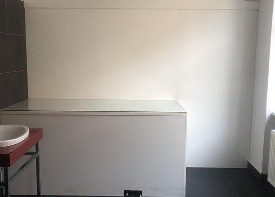 Rozebrat nábytek a vyvézt na dvůr