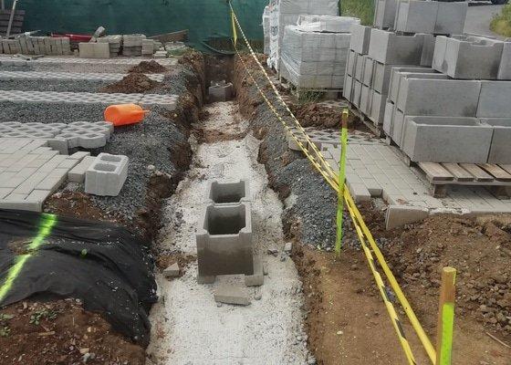 Stavba betonového plotu