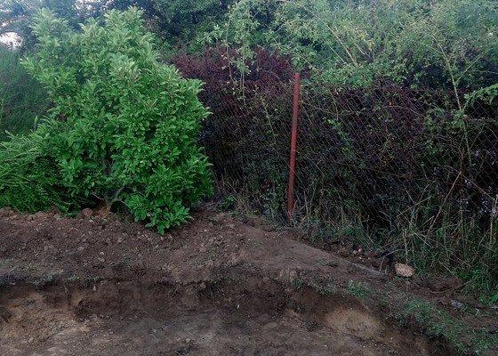 Výkop díry na zahradě