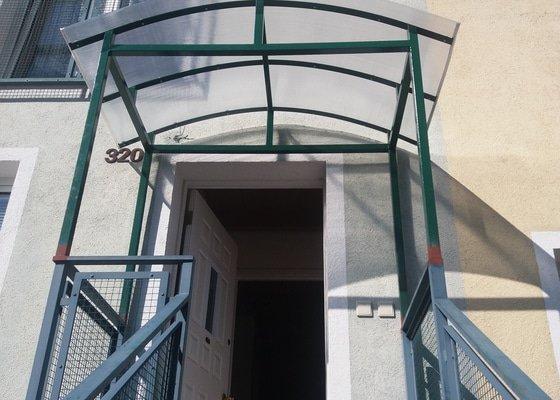 Zastřešení vchodu u řadového domku