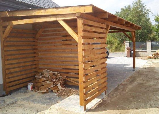 Zastřešení terasy a přístřešek pro stání automobilu, obojí dřevěná konstrukce