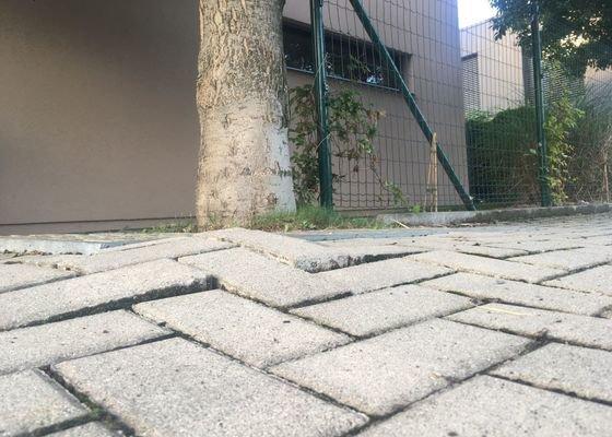 Oprava chodníku - zámkové dlažby v Praze Kunraticích