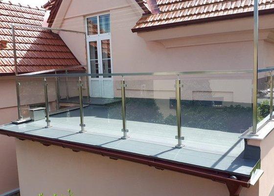 Prosklené zábradlí na střechu garáže - balkon