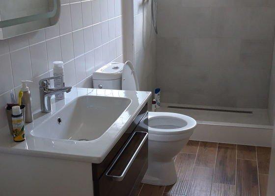 Hydroizolace terasy a dvou balkonů, zbudování okna v koupelně, předláždění a výměna sprchového koutu