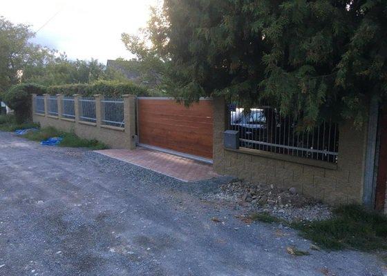 Stavba uličního plotu 29m s bránou a brankou