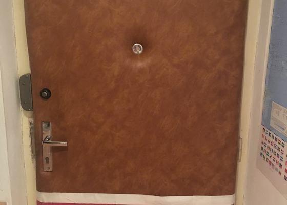 Čalounění vstupních dveří z vnitrni strany. Originalni calouneni bylo zniceno a je nutne ho vymenit.Nahradit koženkou s protihlukovou úpravou. Termín : v nejkratší pro Vás možné době. Práci nutne provést na místě
