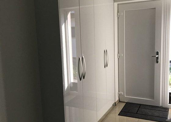 Skříň s posuvnými dveřmi+ botník