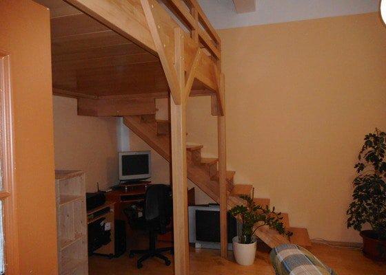 Spací patro a schodiště v obývacím pokoji