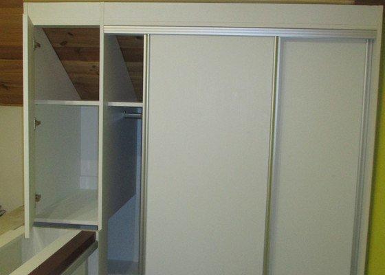 Interiérové  dřevěné dveře, vestavěné skříně, falešný dřevěný trám