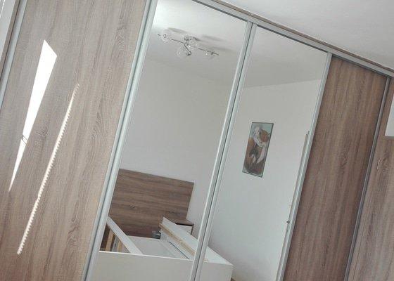 Vybavení ložnice (vestavěná skříň, postel s nočními stolky)