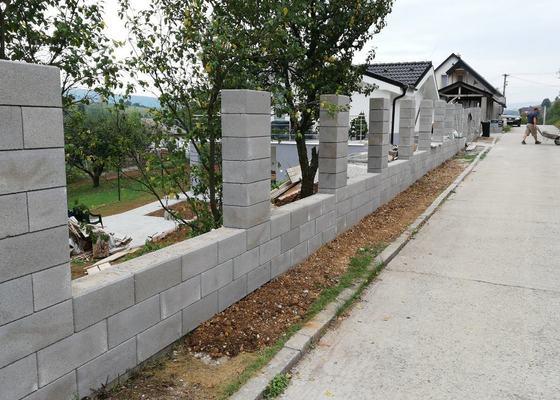 Stavba oporné zdi a plotu že ztraceného bednění