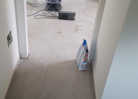 Obklad 2x koupelna, dlažba v hale