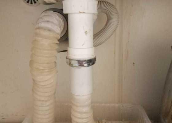 V koupelně teče voda kolem těsnění a gumovych trubek