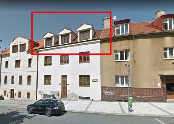 Čištění střechy a žlabů činžovního domu