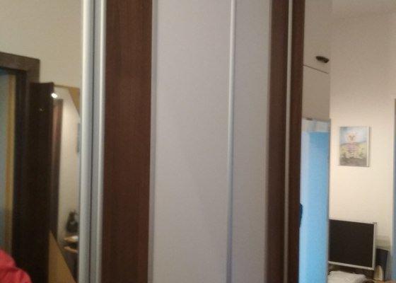 Vytvořít zašupovací dveře v panelákové předsíni, korpus skříní ponechat původní