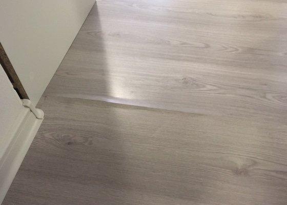 Plovoucí podlahu opravit, přerovnat, možná nahradit