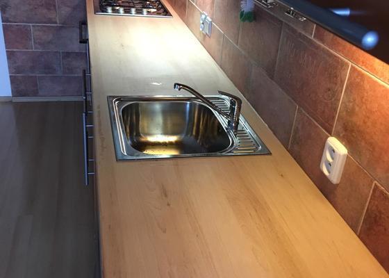 Výměna kuchyňské pracovní desky, vč. dřezu, baterie a varné desky