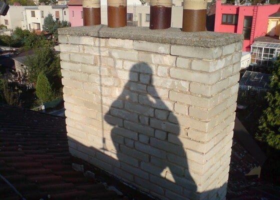 Oplechování dvou komínů na sedlové střeše.