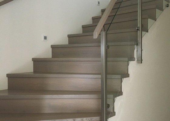 Nerezové zábradlí ke schodišti s výplní ze skla