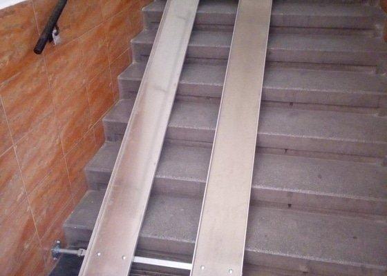 Nájezdová rampa pro kočárek  na schodiště bytového domu