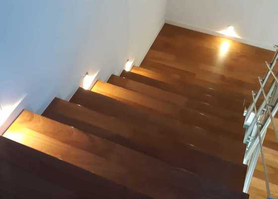 Montáž dřevěné podlahy a obklad schodů