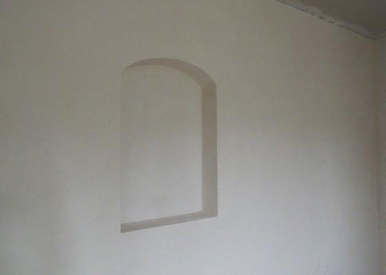 V pokoji zazdění dveřního otvoru a instalace falešného stropu ze sádrokartonu