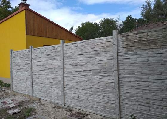 Betonový panelový plot