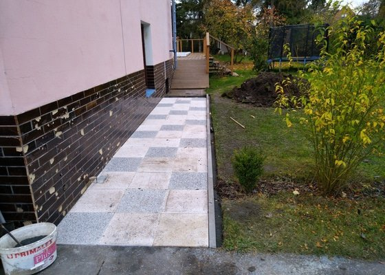 Chodník z betonových dlaždic