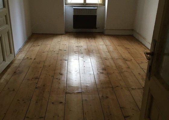 Zbrousit prkennou podlahu a pak zalakovat. Cca 15 m2