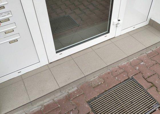 Oprava prahu u vstupu do bytového domu + drobnosti