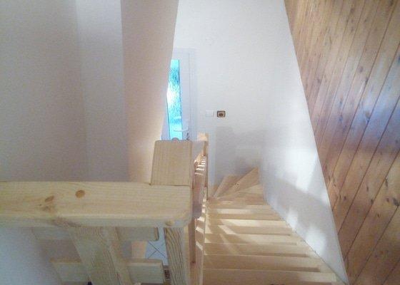 Atypické dveře s obložkami samonosné dřevěné schodiště do podkroví