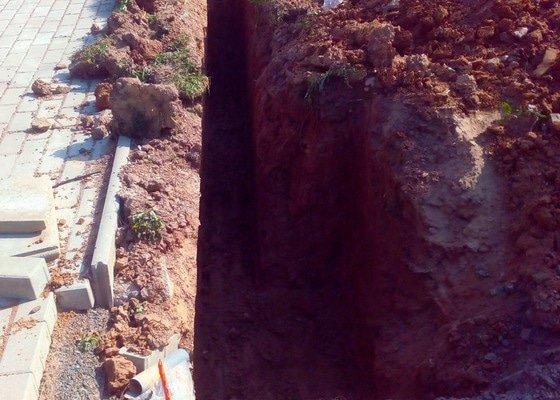 Výkopové práce pro základy plotu, 30 m