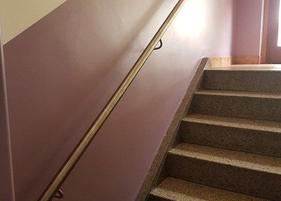Zábradlí podél schodiště