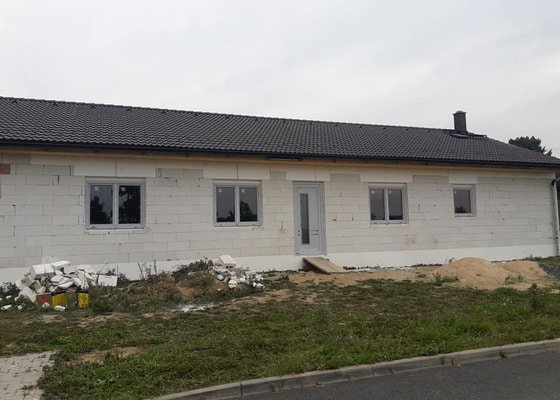 Pokládka nové střechy na novostavbě