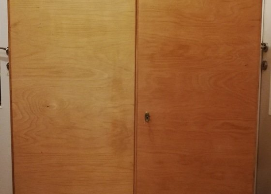 Renovace dřevěného šatníku