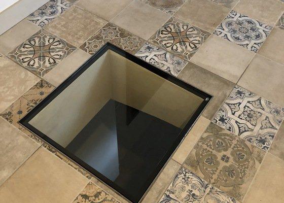 3x pochozí sklo (průhled přízemí / 1.p v interieru) včetně rámu, čistá stěna světlíků 50x50 cm)