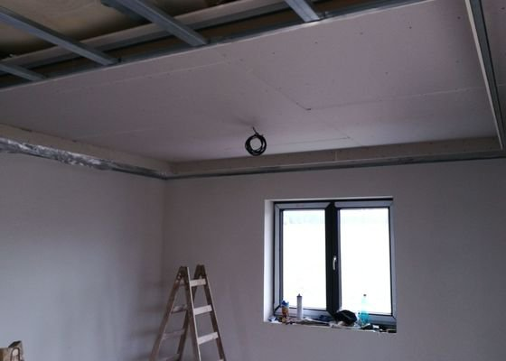 Sádrokartonový strop se světelnou rampou
