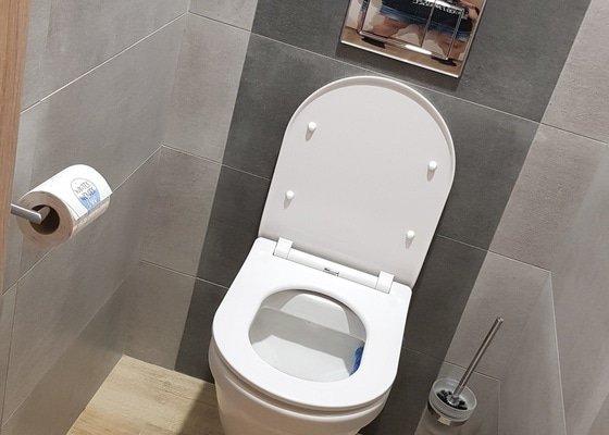 Rekonstrukce zděné koupelny a toalety v paneláku.