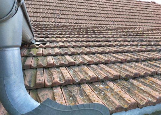 Oprava střechy, vlhnutí zdí.
