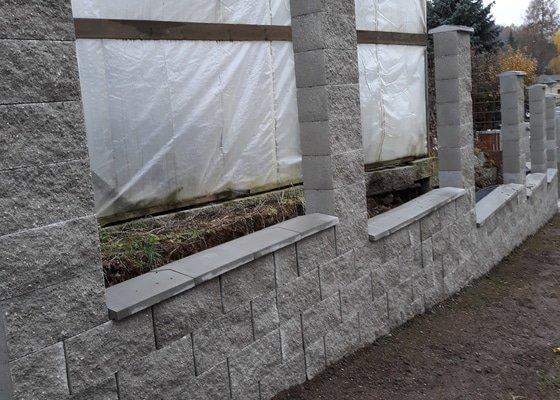 Rekonstrukce plotu z KB bloků s výdřevou