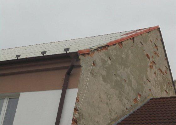 Oprava plechové sřechy na štítu, spadlo 1 kus oplechování+ nadzvednutí střechy-malé