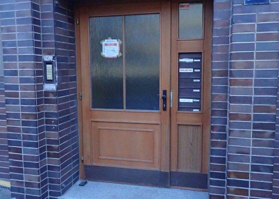 Oprava vchodových dveří do bytového domu
