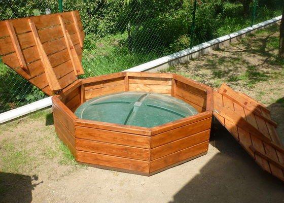 Dřevěný bezpečnostní poklop na čističku, zahradní lavička