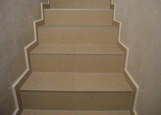 Obložení schodiště a položení dlažby v novostavbě rodinného domu