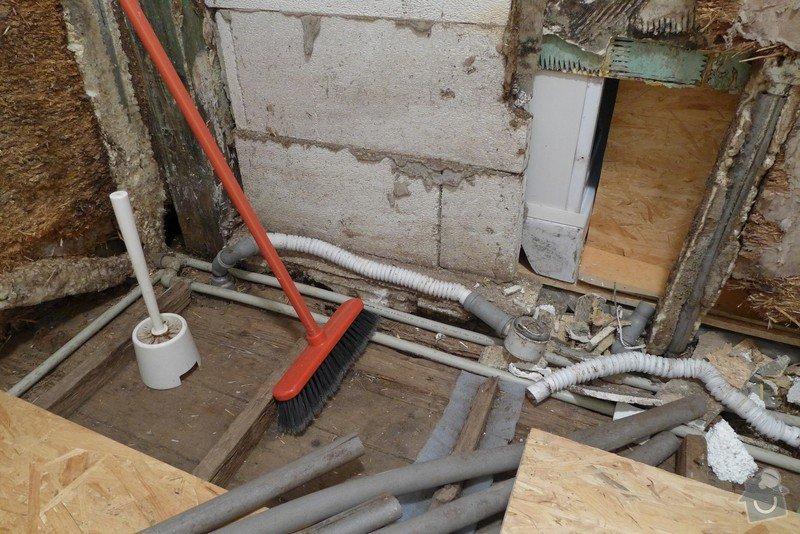 Instalace dvou sprchových koutů, dozdění příčky, částečně i obklady: P1020290